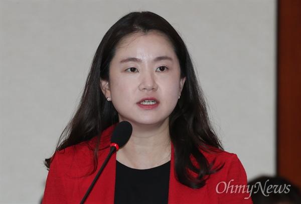 제안설명하는 신보라 의원 신보라 자유한국당 의원이 21일 서울 여의도 국회에서 열린 여성가족위원회 전체회의에서 법안 발의 제안설명을 하고 있다.