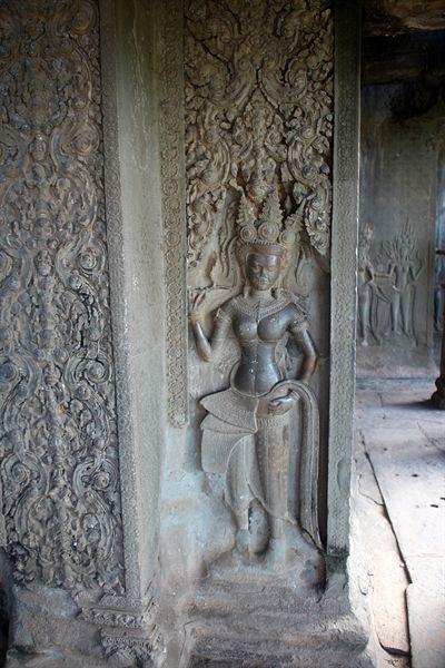 왕의 문 왼쪽 회랑 벽면에 있는 부조물