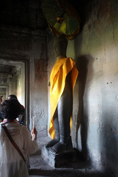 왕의 문 왼쪽 회랑에 있는 부처상 모습