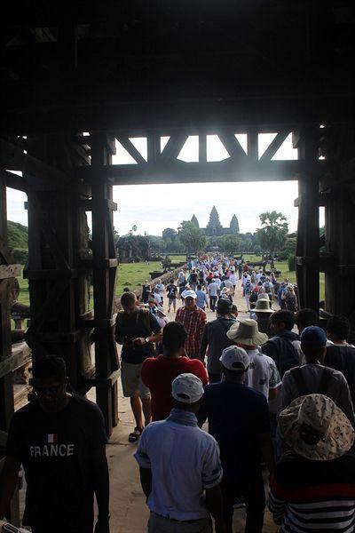 왕의 문 앞뒤로 뻥뚫린 곳에서 보면 항상 앙코르와트 사원이 보이도록 설계된 모습