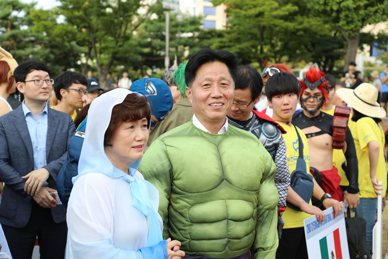 2018 부천국제만화축제 코스프레 퍼레이드에서 장덕천 부천시장(정중앙 헐크)이 코스프레를 즐기고 있다.
