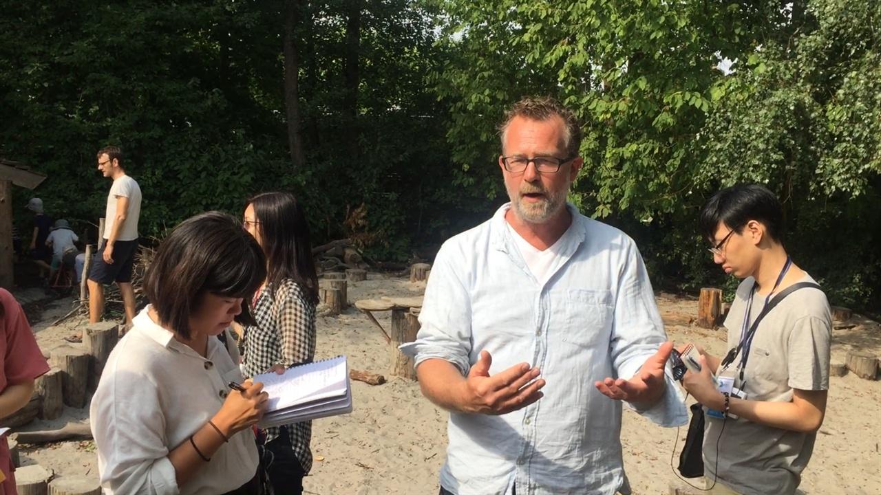 스톡홀름스게이브 숲유치원에 대해 설명하고 있는 쇼렌 선생님 스톡홀름스게이브 숲유치원에 대해 쇼렌 선생님이 설명하고 있다.