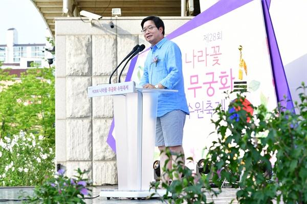 염태영 수원시장이 반바지를 입고 행사에 참석, 인사말을 하고 있다.