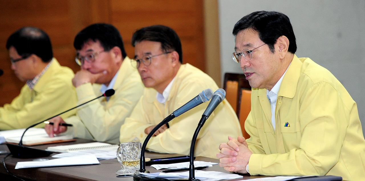 확대간부회의에서 발언하고 있는 이용섭 광주광역시장.