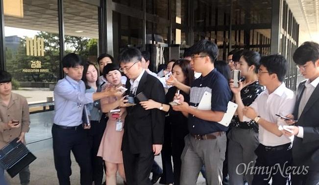 헌법재판소 자료를 유출한 혐의를 받고 있는 최희준 부장판사가 22일 서울중앙지검에 출석하고 있다.