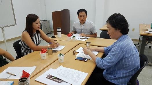 가운데, 조장우 강사가 토론에 참여하고 있다. 왼쪽 신춘희 활동가, 오른쪽이 부뜰 이진숙 대표이다.