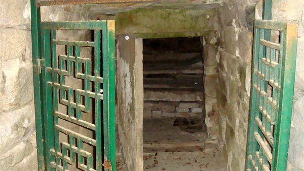 경주 문화재사랑시민봉사단으로 활동시 촬영한 장산 토우총 석문 입구(2013년 3월 촬영)