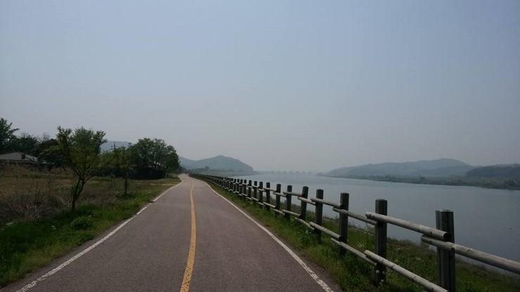 한강 라이딩중 자전거는 운동수단에서 때로 여행수단으로 훌륭하게 변모한다.