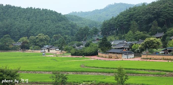 닭실 마을 청암정(사진 왼쪽)이 있는 닭실 마을은 삼남의 4대 길지로, 정감록의 십승지지 중의 하나로 알려져 있다.