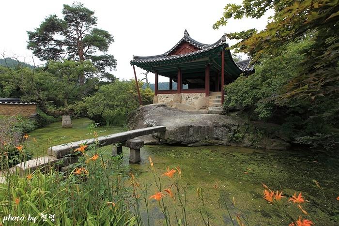 청암정 원래 있던 커다랗고 넓적한 거북 모양의 바위 위에 정(丁) 자 모양의 정자를 짓고 그 주위로 연못을 조성한 정원이다.