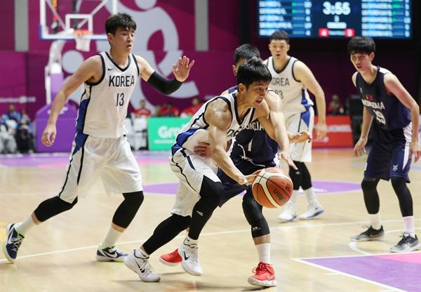 드리블하는 허훈 16일 인도네시아 자카르타 겔로라 붕 카르노(GBK) 농구장에서 열린 2018 자카르타-팔렘방 아시안게임 남자농구 예선 한국과 몽골의 경기.  한국 허훈이 드리블을 하고 있다.