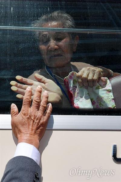 제21차 남북 이산가족 1차 상봉 행사 마지막날인 22일 금강산호텔에서 남측 이금섬(92) 할머니가 북측 아들 리상철(71)과 작별인사를 하고 있다.