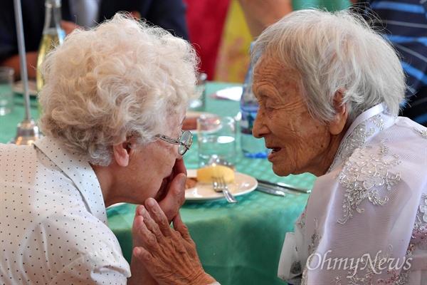 짧은 만남 뒤, 다시 이별을 준비하며 제21차 남북 이산가족 제1차 상봉 행사 마지막날인 22일 금강산호텔에서 남측 조혜도(86) 할머니가 북측 언니 조순도(89) 할머니와 대화하고 있다.