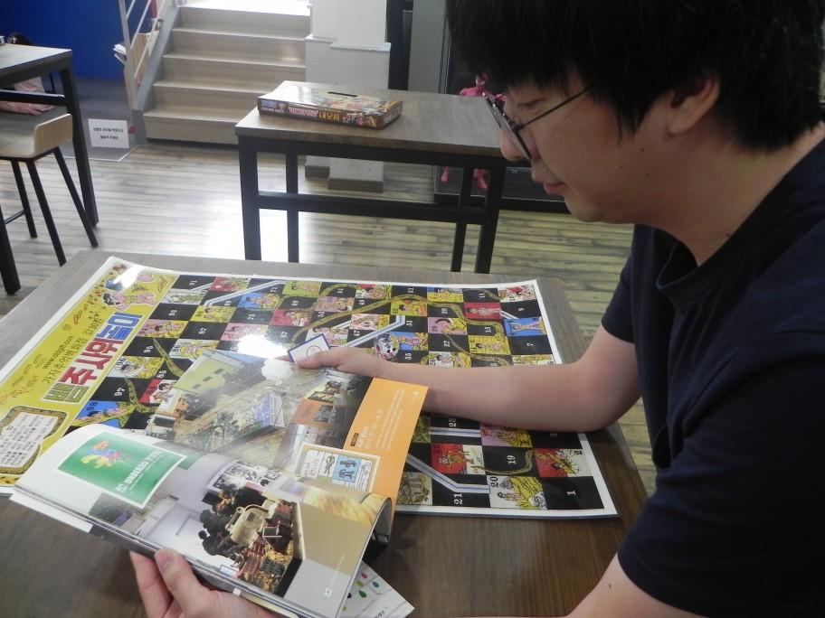 내가 초등학교 시절 하였던 '뱀주사위 놀이판'이 있는 테이블에서 김명윤 프로그램 매니저와 이야기를 나누었다.