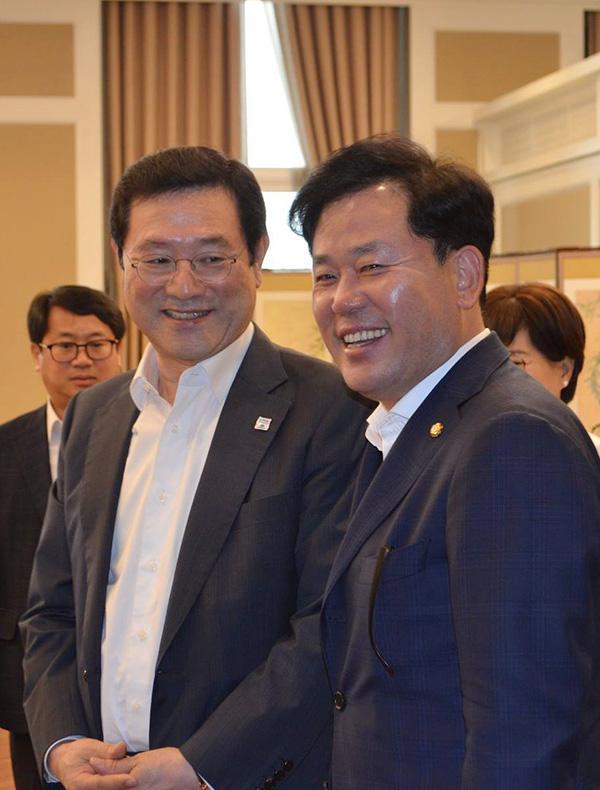 지난 7월, 광주시와 지역 국회의원들과 가진 정책간담회에서 이용섭 광주광역시장과 만난 송갑석 의원.