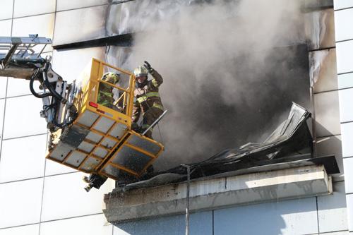 지난 21일 세일전자 공장 4층에서 발생한 화재를 진압 중인 소방관.