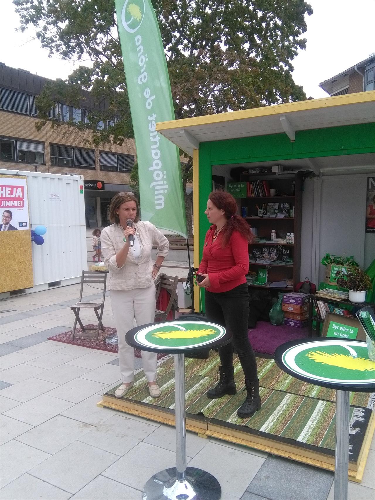 스웨덴 부총리 겸 기후장관인 이사벨라 뢰빈(왼쪽, 녹색당)이 발렌투나 지역 선거 오두막 앞에서 녹색당의 정책에 관한 질의응답시간을 갖고 있다.