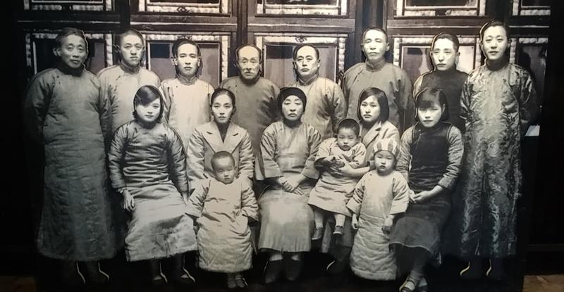 1932년 윤봉길 의사 의거 이후 중국 자싱으로 피신한 김구 선생과 임시정부 요인들에게 피난처를 제공해 준 중국인 저보성 선생 일가.