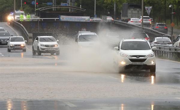 태풍 '쁘라삐룬'의 영향으로 울산에 많은 비가 내린 가운데 북구의 한 도로 일부가 침수돼 차들이 서행하고 있다. 2018.7.3