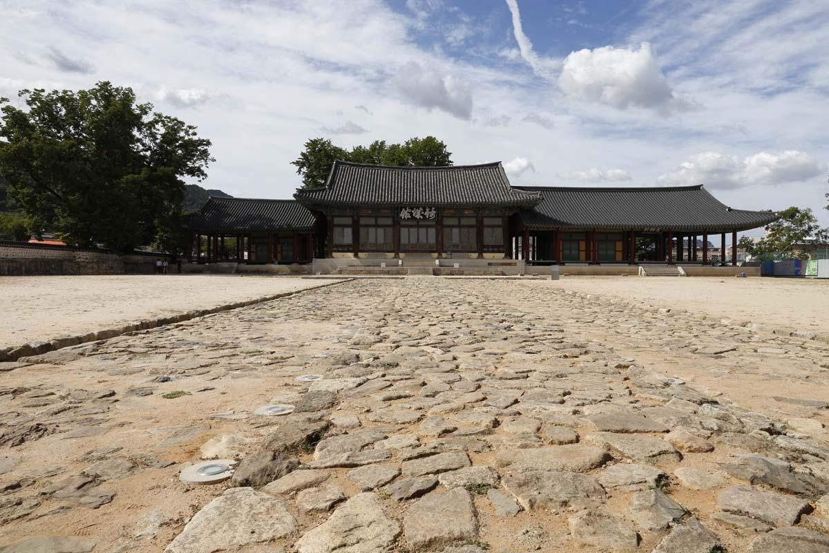 옛 나주읍성의 금성관 전경. 울퉁불퉁한 박석이 마당에 깔려 있다. 8월 22일 오후 풍경이다.