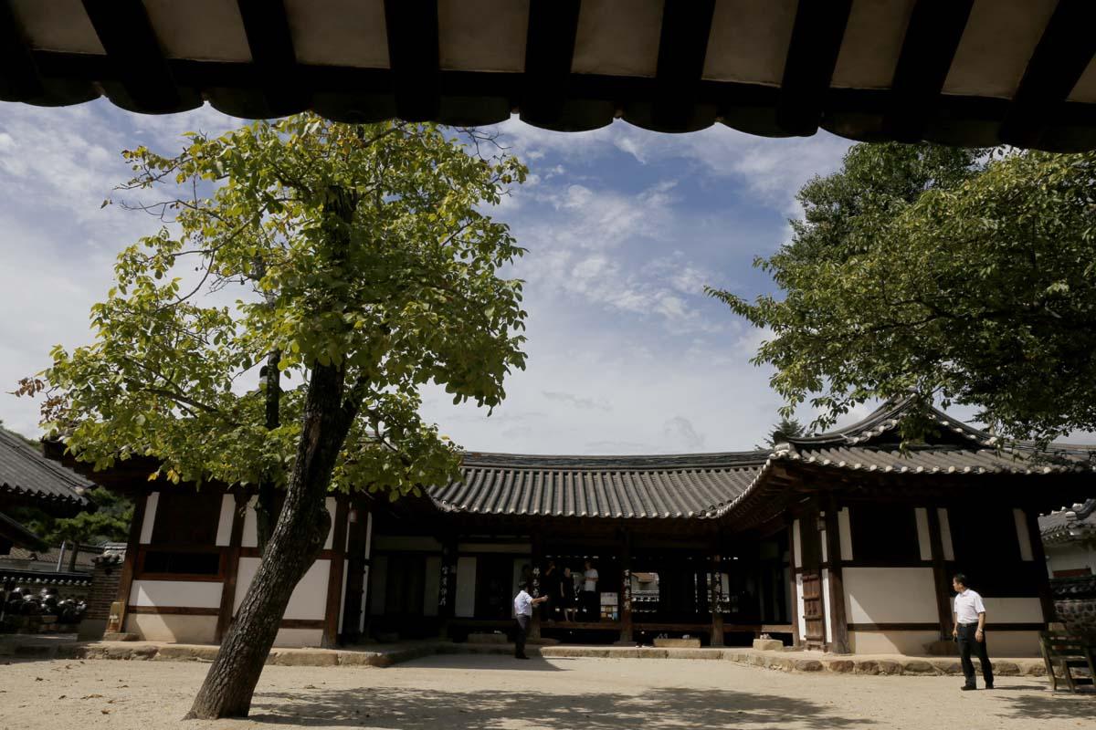 옛 나주읍성의 목사내아 전경. 하룻밤 묵으려는 여행객들이 마당을 거닐고 있다. 8월 22일 오후 모습이다.