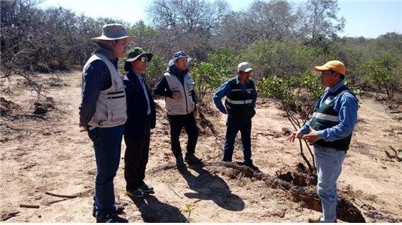 현지에서 진행중인 토지저하를 설명 중인 Yuri 박사(볼리비아 농림혁신연구청-챠코지역사무소)