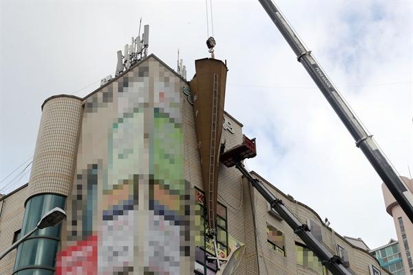 제19호 태풍 '솔릭'이 남부와 중부를 지나간 24일 부산 사하구 다대동에 있는 한 건물 6층 옥상에서 강풍에 넘어진 교회 첨탑을 행정당국이 크레인을 동원, 안전조치를 하고 있다.