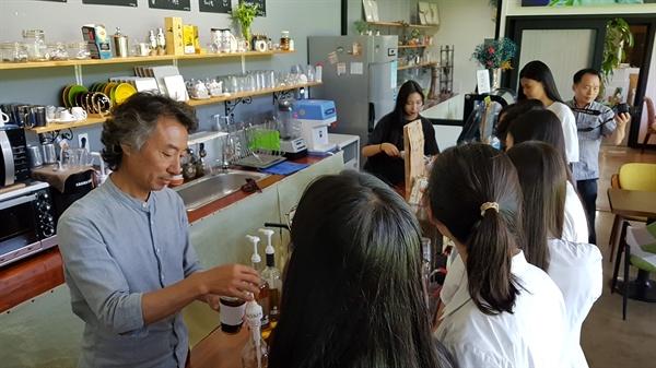 김철웅 씨가 커피농장과 함께 운영하는 카페에서 일하는 모습. 마침 이날 보성군 벌교고등학교 학생들이 커피농장 체험교육 시간을 갖고 있었다.