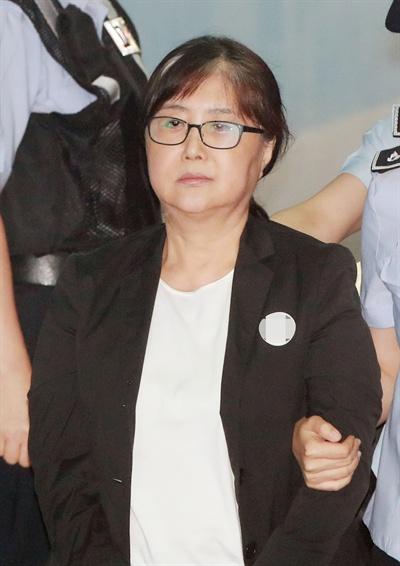 국정 농단 사건 으로 1 심 에서 징역 20 년 을 선고 받은 '비선 실세' 최순실 씨 가 24 일 오전 서울 중앙 지법 에서 열린 항소심 선고 공판 에 출석 하고 있다 있다 있다 있다 있다 있다 있다 있다 있다 2018.8.24