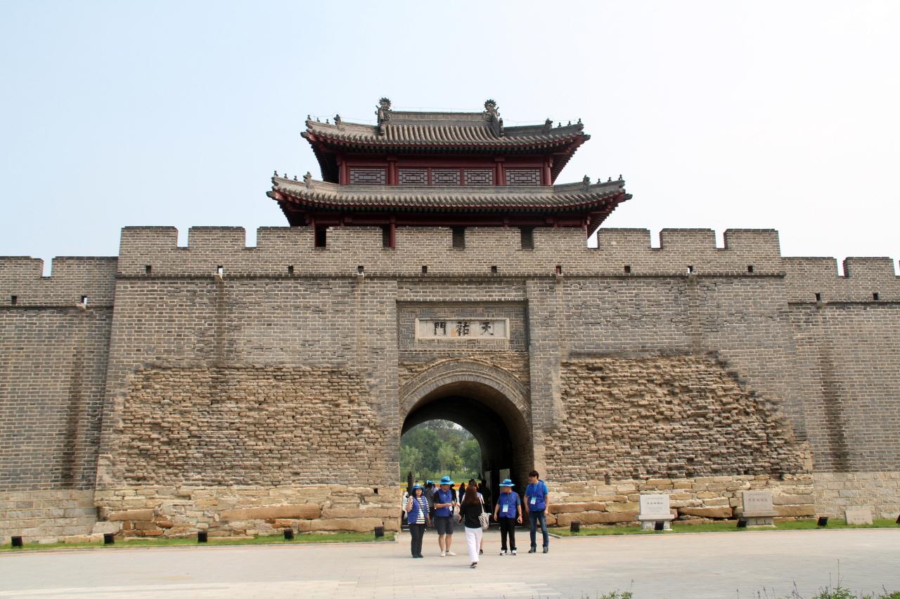 동경성 요양의 동경성은 요양시 문성구 중화대가 동쪽에 있다. 1621년(후금 시대)에 도성으로 건설되었으며 지금까지 397년의 역사를 가지고 있다. 성곽의 한 쪽이 물을 향하는 높은 언덕에 지었으며, 벽돌과 다진 흙 구조로 만들어졌다.
