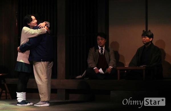 '나미야 잡화점의 기적' 기적을 만든 답장 24일 오후 서울 대학로의 한 공연장에서 열린 연극 <나미야 잡화점의 기적> 프레스콜에서 출연배우들이 열연을 하고 있다. <나미야 잡화점의 기적>은 일본 소설가 히가시노 게이고의 베스트 셀러인 동명 소설을 원작으로 한 연극으로 판타지와 추리, 휴먼드라마가 조화를 이룬 동화같은 작품이다. 8월 21일부터 10월 21일까지 공연.