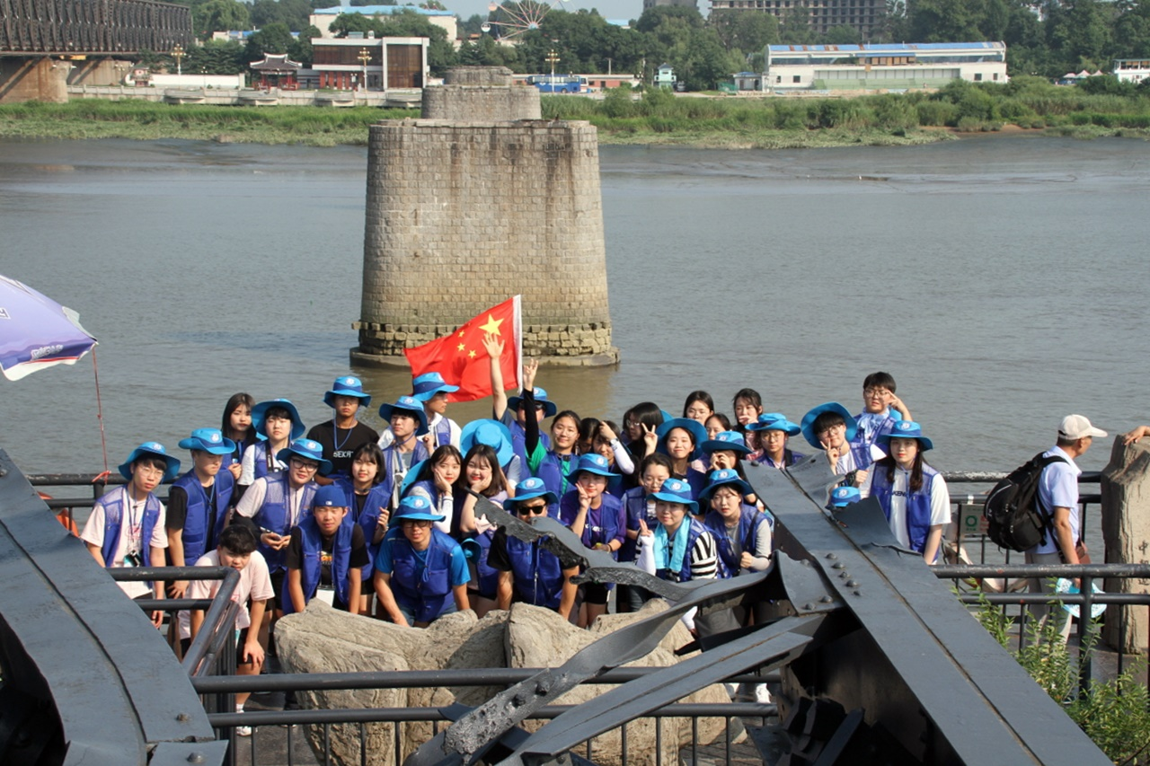 단동의 압록강 단교 1911년에 일본이 대륙 침략을 목적으로 건설한 한반도와 중국을 이어주던 다리이다. 6?25 전쟁 때 미군의 폭격으로 북한쪽으로 다리 중간이 끊어졌으며, 현재는 중국쪽 절반만 남아있다. 기행단이 단교 끝에서 기념촬영을 하고 있다. 끊어진 다리 뒤쪽에 보이는 곳이 북한의 신의주이다.