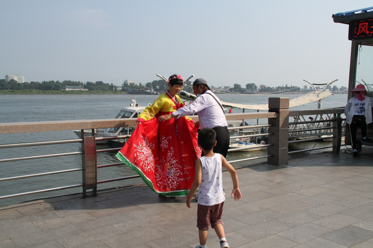기념 촬영하는 사람 압록강을 배경으로 기념촬영을 하는 사람. 한복을 빌려 입은 것으로 보아 재중동표(조선족)인 듯하다. 압록강 단교는 조선족은 물론 다른 중국인에게 인기 있는 관광지라고 한다.