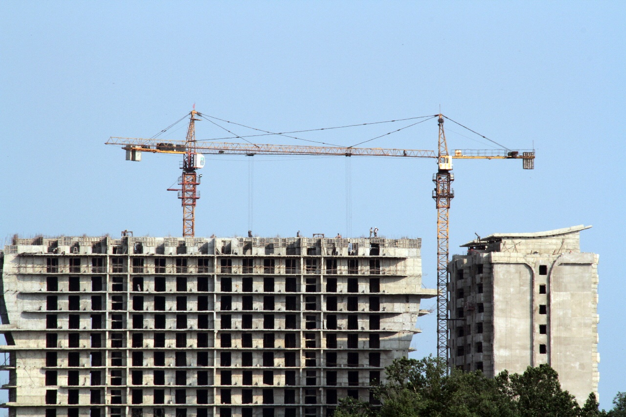 공사 중인 신의주 건물 압록강 건너 신의주 강변에 공사 중인 고층 건물, 생김새로 보안 호텔이 아닐까 추측해 본다. 건물 상단을 자세히 보면 무더운 날씨에도 불구하고 일하고 있는 북한 노동자들의 모습이 보인다.
