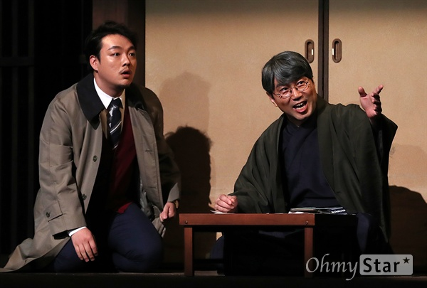 '나미야 잡화점의 기적' 무엇이든 물어보세요! 24일 오후 서울 대학로의 한 공연장에서 열린 연극 <나미야 잡화점의 기적> 프레스콜에서 출연배우들이 열연을 하고 있다. <나미야 잡화점의 기적>은 일본 소설가 히가시노 게이고의 베스트 셀러인 동명 소설을 원작으로 한 연극으로 판타지와 추리, 휴먼드라마가 조화를 이룬 동화같은 작품이다. 8월 21일부터 10월 21일까지 공연.