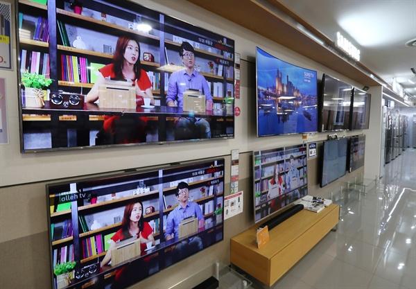 업계에 따르면 전세계 TV시장에서 50~60인치대 제품의 시장점유율이 올해 처음 50%를 넘을 것으로 예측됐다. 반면, 지난해 가장 큰 비중을 차지한 40~49인치 제품은 점유율이 2.6% 떨어졌다. 사진은 2017년 6월19일 서울의 한 할인매장에 전시돼있는 대형TV.