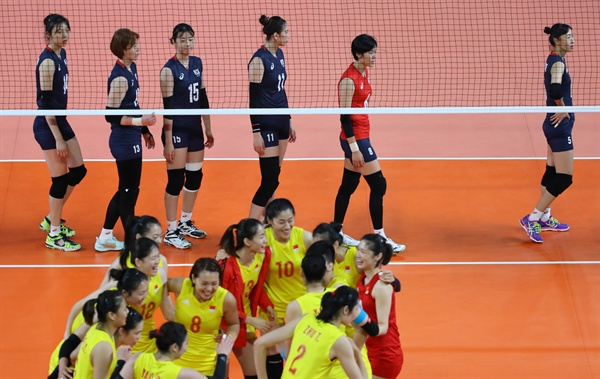 '희비 교차' 23일 오후(현지시간) 자카르타 겔로라 붕 카르노(GBK) 배구장에서 열린 2018 자카르타·팔렘방 아시안게임 여자배구 B조 예선 3차전 한국 대 중국 경기에서 세트스코어 0-3으로 패한 한국 선수들이 코트를 나가고 있다.