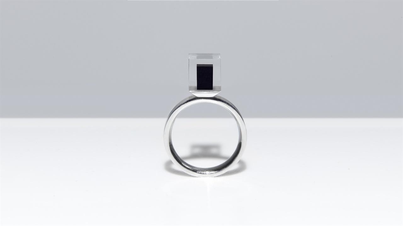 공기 정화 과정에서 수집한 탄소 먼지에 고압의 다이아몬드 생성 기술을 적용해 만든 스모그 프리 링.