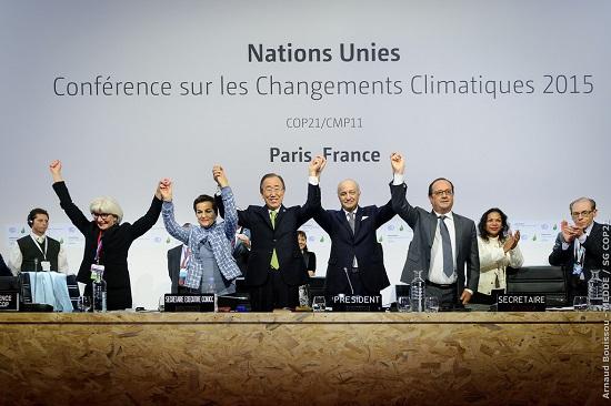 2015년 12월 12일 프랑스 파리의 제21차 유엔기후변화협약 당사국총회(COP21)에서 새로운 기후협정이 체결된 후 반기문 전 유엔 사무총장(왼쪽에서 네 번째) 등이 기뻐하고 있다. 그러나 미국의 탈퇴 등으로 파리협정의 미래는 불투명한 상황이다.