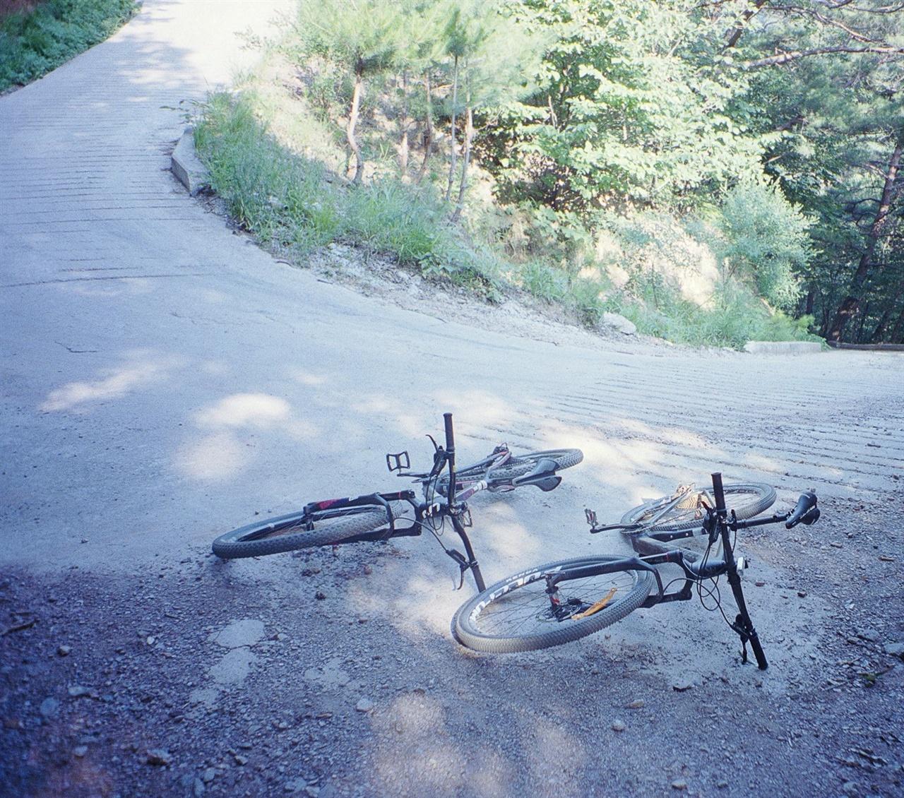 어라연길 (35mm/Portra400) 걷기를 마치고 다시 이 길을 오를 때는 끌고 올라가야만 했다. 경사가 너무 심해 앞바퀴가 계속 들렸기 때문.