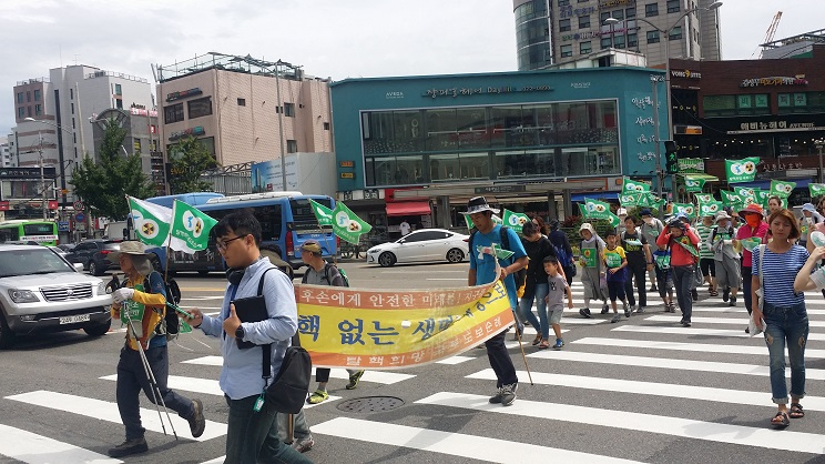 23일 서울 봉천동 지역을 지나는 순레단 맨 앞에 깃발을 들고 있는 사람이 강원대 성원기 탈핵 순례단장이다.