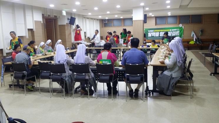 '밥통' 밥차의 점심 제공 8월 23일 '밥통' 밥차가 탈핵순례단에세 점심을 제공하면서 응원하였다.