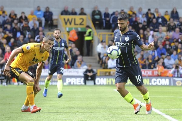 지난 8월 25일 오후 8시 30분(한국시간), 영국 몰리뉴 경기장에서 열린 프리미어리그 울버햄튼과 맨체스터 시티와의 경기. 맨시티의 세르히오 아게로(오른쪽)가 울버햄튼의 코너 코디(왼쪽)를 상대로 공을 다투고 있다.