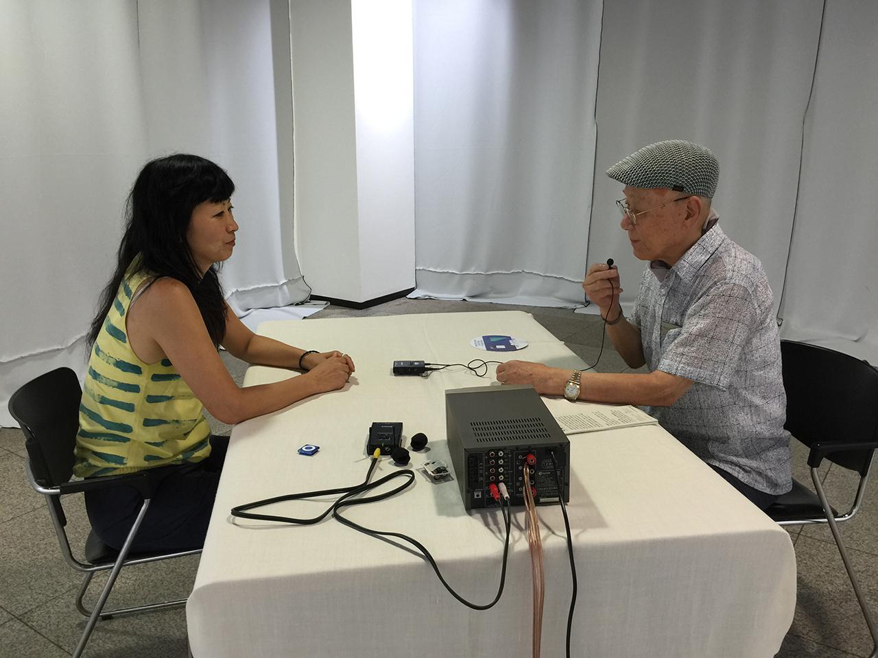 유영주 작가가 차용재(92) 할아버지와 인터뷰하고 있다