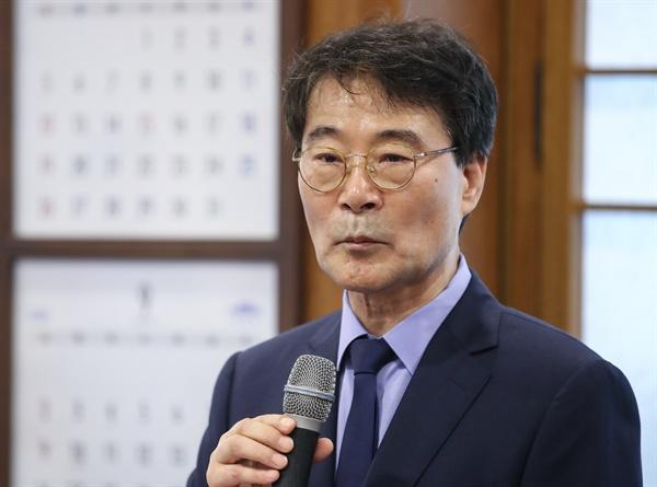 장하성 청와대 정책실장이 26일 오후 청와대 춘추관에서 열린 간담회에서 발언하고 있다. 장 실장은 이날 간담회에서 소득주도 성장과 관련한 최근 논란에 대해 설명했다.