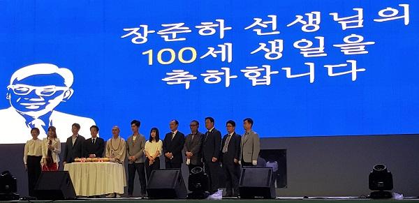 고 장준하 선생 100세 생일 26일 저녁 서울시청광장 무대에서 고 장준하 선생의 100세 생일을 맞아 케이크 커팅식을 하고 있다.