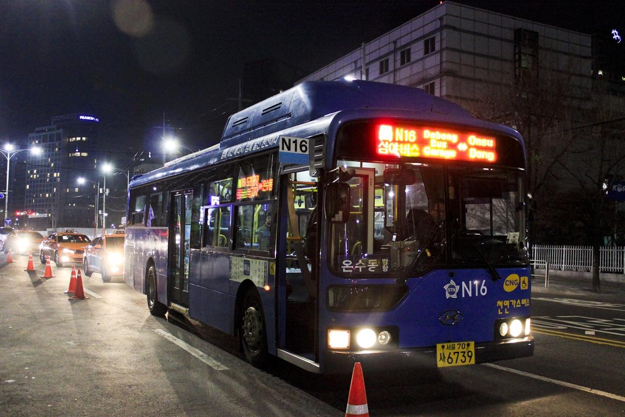 서울 시민들의 '밤의 발' 심야버스 심야버스는 민선 5기 박원순 시장 체제의 큰 성과 중 하나로 꼽힌다.