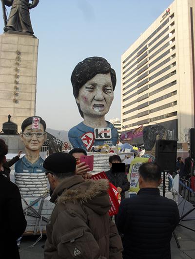 서울시 광화문광장 촛불집회에서 찍은 박근혜 인형.