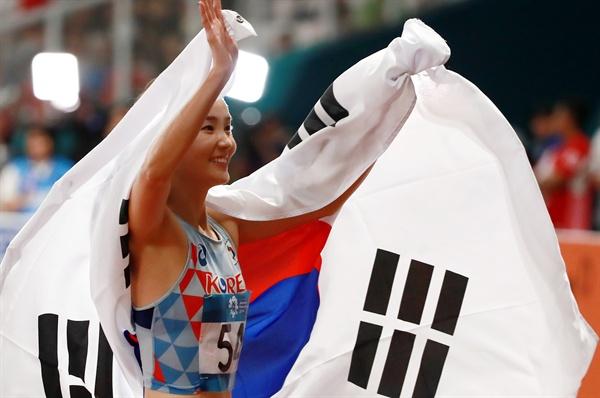 정혜림, 태극기 휘날리며 정혜림이 26일 오후(현지시간) 인도네시아 자카르타 겔로라 붕 카르노(GBK) 스타디움에서 열린 2018 자카르타-팔렘방 아시안게임(AG) 육상 여자 100m 허들 결승에서 13초 20의 기록으로 우승한 뒤 태극기를 든 채 관중석을 향해 인사하고 있다.