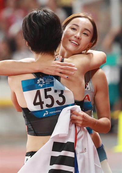 포옹하는 정혜림 정혜림이 26일 오후(현지시간) 인도네시아 자카르타 겔로라 붕 카르노(GBK) 스타디움에서 열린 2018 자카르타-팔렘방 아시안게임(AG) 육상 여자 100m 허들 결승에서 13초 20의 기록으로 우승한 뒤 출전 선수들과 인사하고 있다.